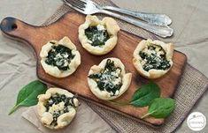 Przepis na szybką i łatwą przystawkę, czyli ciasto francuskie w formie koszyczków faszerowanych szpinakiem i serem feta.