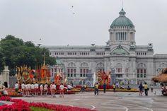 พระบรมรูปทรงม้า (Bangkok) Bangkok, Four Square, Thailand, Louvre, Statue, Building, Travel, Viajes, Buildings