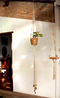 vasos pendurados com corda - Pesquisa Google Plant Hanger, Plants, Home Decor, Hanging Pots, Plant Decor, Creativity, Decoration Home, Room Decor, Planters