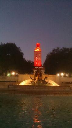 La famosa Torre de la Universidad de Texas al rojo vivo  #SXSW