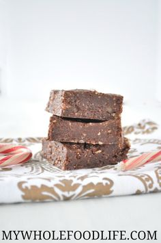 Easy No Bake Vegan & Gluten-Free Peppermint Brownies that take only minutes to put together. A guilt free holiday treat that is vegan, gluten free and paleo. Paleo Desert Recipes, Raw Vegan Desserts, Paleo Dessert, Healthy Dessert Recipes, Chocolate Desserts, Whole Food Recipes, Delicious Desserts, Vegetarian Recipes, Free Recipes