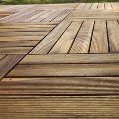 Rivestimenti da esterno (bordi piscina, terrazzi, portici, giardini) con pavimenti in legno naturale o composito.