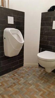 Ouderwets kanneschrot/potscheur op de grond, in combinatie met leisteen stroken en stucwerk in dit toilet te Haaksbergen.