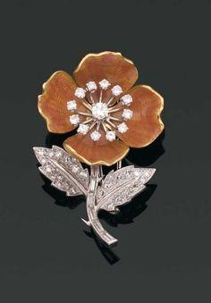 BOUCHERON. Années 1960. BROCHE églantine et or 18 kts émaillé rose sur fond guilloché. Les feuilles et le pistil sont rehaussés de diamants baguette et brillantés (petits chocs). Monture en or 18 kts et platine. Signé. Hauteur : 4, 5 cm.