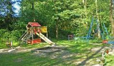 DIt speeltuintje ligt in een park. Wij zouden dit ook willen doen, zodat de kinderen in alle rust kunnen spelen. Omwonende hebben er dan ook minder last van