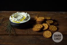 Крем-сыр с крекерами