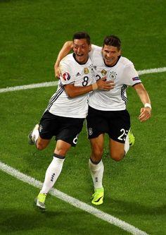 Hier jubelte Gómez noch mit Özil, wenige Minuten später musste er ausgewechselt...