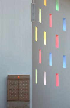 All'interno della volta sono stati incastonati 63 inserti in vetro colorato che traducono, secondo una teoria associativa di note e colori, un tradizionale canto gregoriano