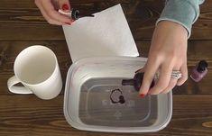 Ze mixt nagellak en water. Wat ze daarna doet? Dit is het perfecte cadeau voor de kerstdagen! - Zelfmaak ideetjes