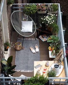 Une petite terrasse déco au top ! Apartment Balcony Decorating, Apartment Balconies, Apartment Living, Apartment Therapy, Cozy Apartment, Apartment Plants, Apartment Ideas, Living Rooms, Apartment Makeover