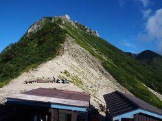 木曽殿山荘から空木岳を写す。正面に見えるのは第一ピークで、山頂はその先にあります。空木岳縦走|中央アルプス登山ルートガイド。Japan Alps mountain climbing route guide