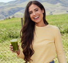 The Glowing Green Smoothie is packed with vitamins, minerals and detoxifying ingredients to improve your health. Make this recipe today or visit our LA location! Moringa Recipes, Spinach Smoothie Recipes, Ways To Destress, Kimberly Snyder, Beauty Elixir, Signature Cocktail, Alternative Health, Get Healthy, Healthy Meals