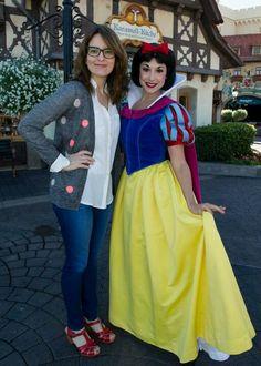 Tina Fey posing with Snow White at Disney World