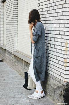 Een trend die je nog veel gaat zien het komend seizoen zijn de lange, warme, gebreide vesten. Hoe je hem draagt? Zo, dus.