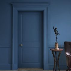 New dark wallpaper living room paint colors 17 ideas Dark Blue Bedroom Walls, Dark Blue Rooms, Blue Painted Walls, Dark Living Rooms, Dark Blue Walls, Dark Blue Paints, Blue Bedrooms, Dark Blue Feature Wall, Blue Living Room Walls