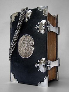 Geeske Harmens lived in Gerkesklooster and got this book in 1764, gift, probably from her parents on the occasion of her confession.  On the silver centerpiece on the front is the coat of arms.  From the written family records show That Geeske was born in 1746 and married in 1768 Herring Klases.  They had five children and died in 1794. The ditches and the silver fittings are made by Peter Martens, silversmith in Kollum from 1748 until 1781. Master Sign: PM / Year Letter: L