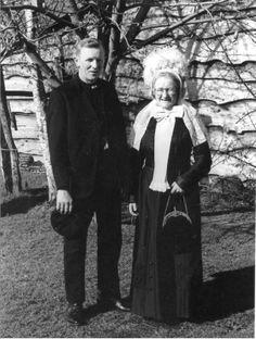 Klederdracht. Het echtpaar Meijerman-Spijkerman vertegenwoordigde ta.g.v. de 70-ste verjaardag van Prinses Juliana, tijdens een TV-optreden - de Provincie Overijssel. Historische Kring Dalfsen #Overijssel #Salland