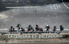 Por @adjfotografia -  #lascalleshablan  La censura es dictadura.  Caracas-Venezuela  29-05-2017  #adjfotografia #Caracas #Vzla #Venezuela#protesta#MAYO #MAYO #photojournalism#journal#instavenezuela#igersvenezuela#EveryDayCaracas#Protesta#Noticias #protest#urbanocity#Ccs_entrecalles#street#streetphotography@streetphotovenezuela@igersvenezuela@instavenezuela#streetphotovenezuela. #29m  #Gobierno #rmtf - #regrann