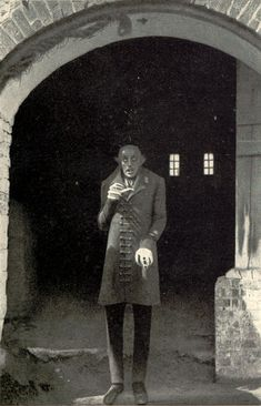 Max Schreck in Nosferatu one of the greatest vampire movies of all time. Silent, in black and white, but ABSOLUTELY scary vampire movie. Horror Movie Posters, Horror Icons, Max Schreck, Frankenstein, Retro Horror, Vintage Horror, Nosferatu 1922, Alien Film, Dr Caligari