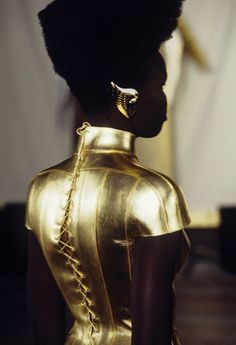 I'm off to find a golden ear cuff like this. Alek Wek, Givenchy by Alexander McQueen Spring/Summer 1997 Haute Couture Gold Fashion, Fashion Details, Fashion Design, Couture Details, Weird Fashion, Women's Fashion, Fashion History, Ladies Fashion, Couture Fashion