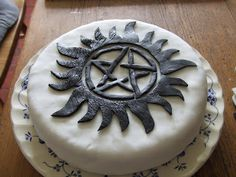 An anti-possession cake! Because Cake and Supernatural go together like. Cake and Supernatural. Bolo Supernatural, Supernatural Birthday, Supernatural Crafts, Supernatural Tv Show, Supernatural Pentagram, Castiel, Mark Sheppard, Sam Winchester, Misha Collins