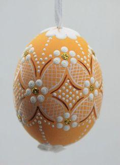 Восковые рисунки на пасхальных яйцах