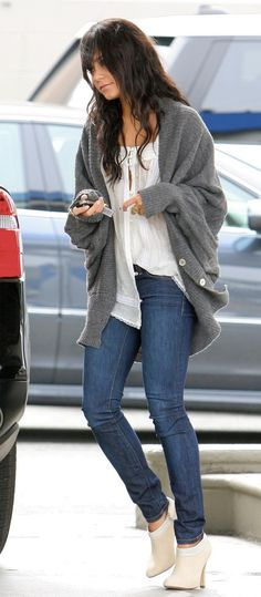 Not a fan of Vanessa Ann Hudgens but this is a cute outfit white linen tank / gray sweater / ankle boots / skinny jeans Fashion Moda, Look Fashion, Autumn Fashion, Female Fashion, Blue Fashion, Fashion Design, 2014 Fashion Trends, 2014 Trends, Fashion News