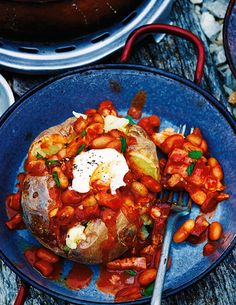 A gorgeous Bonfire Night recipe - jacket potato with paprika & cumin-spiced beans. A warming dish from Tesco Real Food, ideal for a Bonfire Night party. Could serve with sausages? Bean Recipes, Potato Recipes, Fall Recipes, Jacket Potato Recipe, Bonfire Night Food, Tesco Real Food, Baked Beans, Love Food