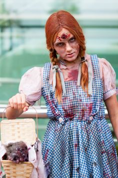 Zombie Dorothy from the dead side of OZ? Wizard Of Oz Costumes Diy, Couple Halloween Costumes, Halloween Cosplay, Diy Costumes, Costume Ideas, Vampire Costumes, Pirate Costumes, Diy Zombie Kostüm, Zombie Walk
