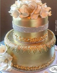 Metalic cake from royal cakes White And Gold Wedding Cake, Wedding Cake Pearls, Metallic Wedding Cakes, Beautiful Wedding Cakes, Beautiful Cakes, Amazing Cakes, Dream Wedding, Royal Cakes, Golden Anniversary Cake