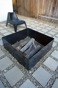 Super simple fire pit with a square motif matching the surrounding pavers. This modern look oculd be a one-day DIY project if only I could weld (oh right...I can!).