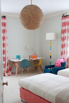 Neste quarto para criança podemos identificar a paleta de cores leve e descontraída, com toques modernos na luminária de teto e na despadronização dos móveis.