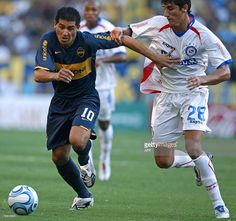 Boca Juniors' Juan Roman Riquelme (L) vies for the ball with Gabriel Penalba of Argentinos Juniors, during their Argentina first division football match, in Buenos Aires, on February 17, 2008. AFP PHOTO/Alejandro PAGNI