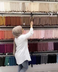 Image in Hijab 🧕🏻👑 collection by princess on We Heart It Hijab Turban Style, Mode Turban, Pashmina Hijab Tutorial, Hijab Style Tutorial, Capsule Wardrobe Women, Video Hijab, Hijab Wedding Dresses, Hijab Bride, Hijab Collection