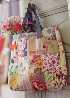 Patchwork tote - Marie Claire Idees - Jan/Feb 2014 just love patchwork! Patchwork Bags, Quilted Bag, Diy Bags Purses, Handmade Purses, Handmade Fabric Bags, Embroidered Bag, Tote Purse, Tote Bags, Beautiful Bags