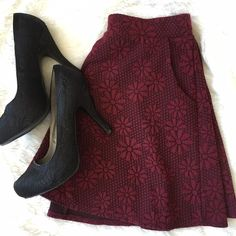Floral skater skirt w/ Pockets Maroon floral skater skirt. Made of 98% polyester and 2% spandex with a elastic band for a perfect fit. The best part? It has POCKETS!! no trades, offers are considered through the offer button only. Skirts Circle & Skater