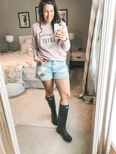 99 Beautiful Rainy Day Outfits Ideas With Style To Copy Asap Fall and winter are the most anticipated fashion seasons of the year. However, once the summer ends and things begin … Rainy Day Outfit For Spring, Cute Rainy Day Outfits, Summer Outfits For Moms, Rainy Day Fashion, Outfit Of The Day, Outfit Summer, Rainy Day Style, Outfit Winter, Summer Clothes