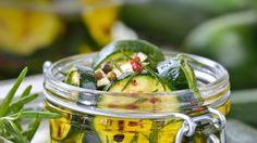 Pikant eingelegte Zucchini: Nach dem Erkalten der Gläser in den Keller oder Vorratsschrank damit, so hat man im Winter immer was Leckeres zum Abendbrot zu Hause. Ist auch nett zum Verschenken.