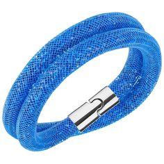 Swarovski Stardust Capri Blue  Diesen modernen Eyecatcher von Swarovski können Sie sowohl als doppelt gewickeltes Armband als auch als Halskette tragen. Hauptsächlich besteht dieses tolle Schmuckstück aus vielen leuchtend blauen Kristallen, die von einem Nylon-Netzschlauch umrandet werden. Über einen raffinierten Magnetverschluss lässt sich das Armband leicht schließen.