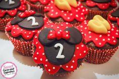 Um Blog sobre arte em fazer bolos, cupcakes, bolachas e alfajores decorados, bem como deliciosas cucas com uma especial receita de mãe. Mickey E Minie, Bolo Minnie, Mikey Mouse, Cupcakes, Cake Pops, Ladybug, Mousse, Frosting, Aurora