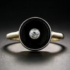 Un ojo de buey diamante chispeante centra un botón negro ónix ligeramente cóncava en este sorprendente clásico Art Deco, fabricada en oro de dos tonos de la mano - alrededor de 1930. Las principales medidas de poco más de 3/8 de pulgada de diámetro. Actualmente sonar tamaño 5 3/4.