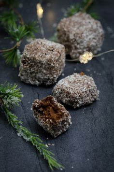 Rauhigeln (Kokoswürfel) – Baking Barbarine Coconut – Chocolate Bites // Chocolate-Coconut Cubes – juicy cake cut into cubes, soaked in chocolate rum and coated with coconut flakes. Easy Cookie Recipes, Cake Recipes, Dessert Recipes, Desserts, Chocolate Chip Recipes, Coconut Chocolate, Vegetable Drinks, Christmas Baking, Cake Cookies