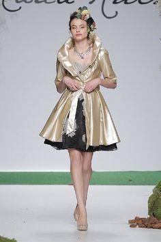 El dorado es otro de les imprescindibles en las bodas. La combinación con negro es perfecta. De Carla Ruiz. http://www.boda.tv/Pasarela/gaudi-novias-2013/madrina/carla-ruiz.htm