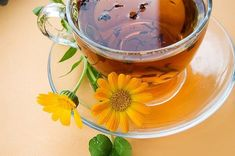 Calendula tea is so easy to make. Put a couple of teaspoons of calendula petals in an infuser ball and pour a cup of boiling water over it; steep for minutes. Drink up for tummy aches or use the tea to make a hot or cold compress Calendula Tea, Colon, Sensitive Scalp, Weight Loss Tea, Flower Tea, Detox Tea, Gourmet Recipes, Natural Health, Natural Remedies