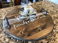 Diy Wood Projects, Wood Crafts, Diy Lazy Susan, Wooden Serving Trays, Serving Tray Decor, Wood Cutting Boards, Wood Boards, Wood Tray, Diy Canvas