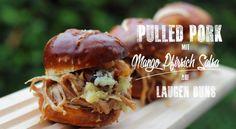 Pulled Pork mit Mango-Pfirsich Salsa auf Laugenbuns