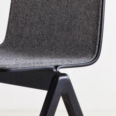 La Chaise COPENHAGUE BOIS et TISSU, par Ronan et Erwan Bouroullec : l'essence du design danois revisité par deux designers français