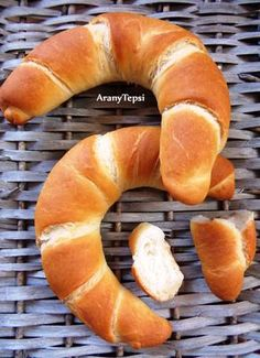 Sütős berkekben nagyon nagy sláger lett ez a kifli. Pastry Recipes, Bread Recipes, Cooking Recipes, Sweet Pastries, Bread And Pastries, Savory Pastry, Salty Snacks, Hungarian Recipes, Baking And Pastry