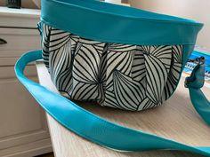 Sac Cancan en simili bleu et imprimé noir et blanc cousu par Cathy - Patron Sacôtin