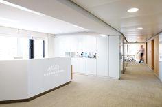 Institut Esthederm Paris - Banque d'accueil rétroéclairée et thermoformée - Plus d'infos sur : www.v-korr.com/home/bureau-tables-banque-accueil-esthederm/